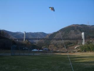 風の吊り橋と凧